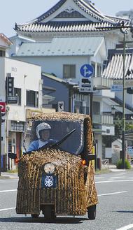 竹トラッカーを待つ支援者に笑顔をみせる山岸さん=10日・セブンイレブン南町店前