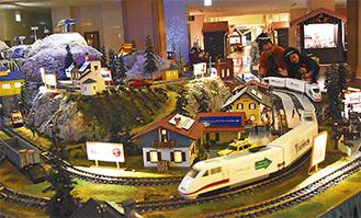 電車や店の模型にそれぞれ協賛企業のロゴが入っている
