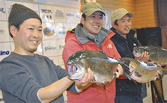 レインボートラウト1位の伊藤さん(中央)