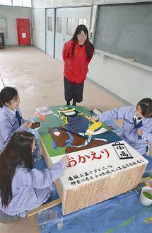 色を塗る長島さんと村山さん(左側)