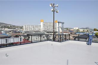 屋上からは津波避難ビルの湯河原ロイヤルハイツも見える