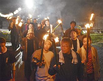 点火や消火活動の後、山を下った青年会員ら