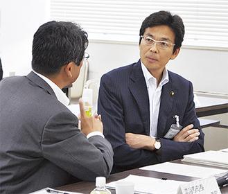 会議後、冨田湯河原町長と語る斎藤熱海市長
