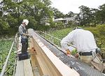 翌日、鳥居最上部の木材に銅板を貼る遠山板金(元箱根)の職人