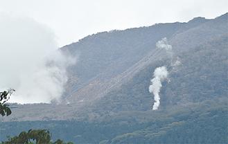 左側が大涌谷、右が煙