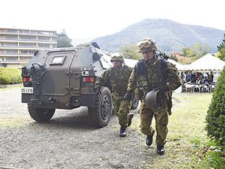 PKOでも使われる軽装甲機動車から捜索に飛び出す自衛隊員