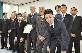 勝俣副町長(中央)へ提出した