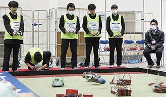 試合中の部員(左から3番目が石澤君)