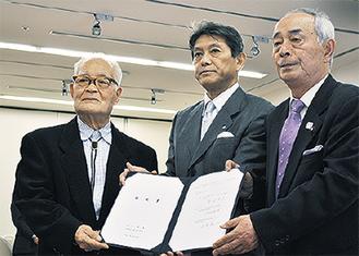 調印する浅田組合長(左端)