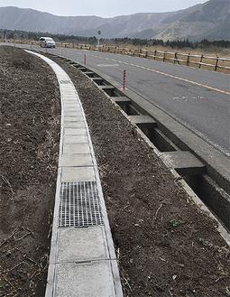 新しい車道に合わせた排水溝
