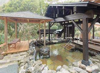 自然の息吹に包まれた大浴場