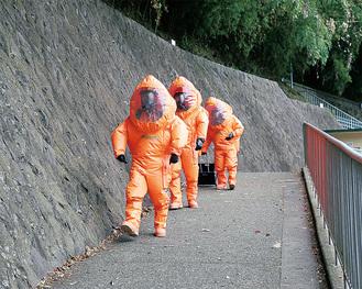 もこもこした防護服の救助隊