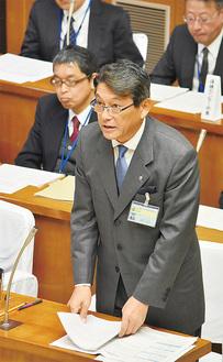 22日の一般質問に答える冨田町長