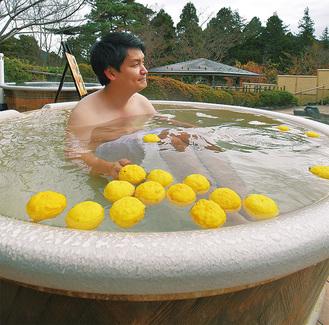 陶器風呂で地元の旬を堪能できる