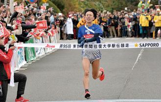 往路ゴールの芦ノ湖畔に到着した東海大の西田壮志選手