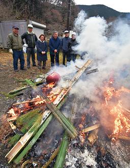 炎を囲む奥湯河原の住民たち