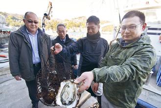 指導に訪れた島根県海士町の関係者(左の2名)と地元漁協関係者