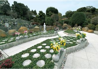 上品な庭園の中にあり銘石「本小松石」が囲む
