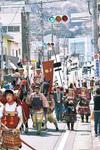 湯河原駅に向かって歩く武者たち