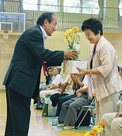 金婚夫婦11組町長が祝福