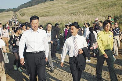 細野大臣  ススキ草原歩く