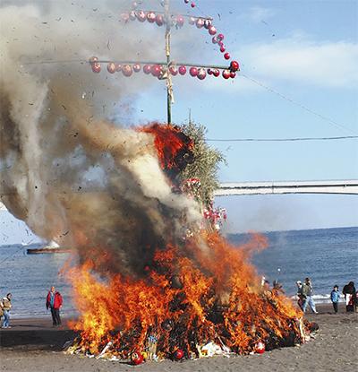 岩海岸に炎の柱