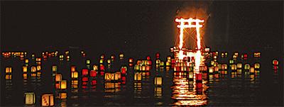 湖面照らす炎の鳥居