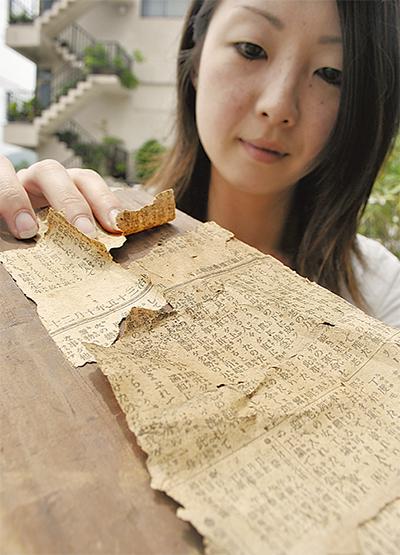 壁の中から100年前の新聞
