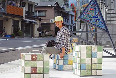 道路に陶板アート