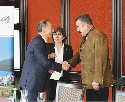 箱根町長、スイス景勝地で握手