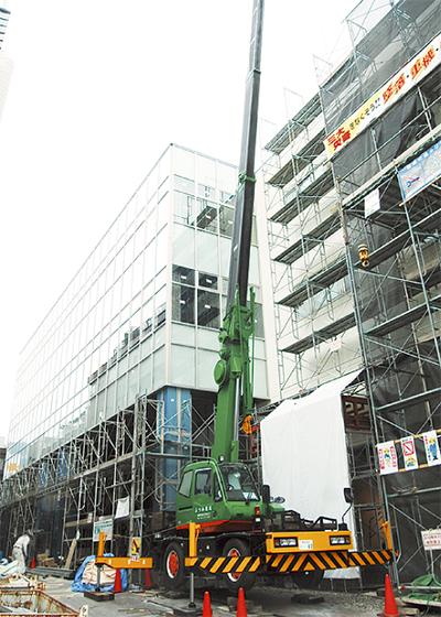 ガラス壁の第1庁舎3月完成