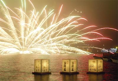 花火が連日湖照らす