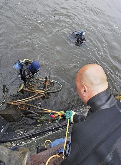 お堀から自転車