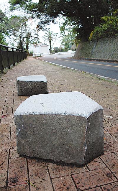 彫刻家、腰かけ石贈る