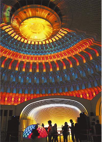 ドーム天井で織りなす光アート