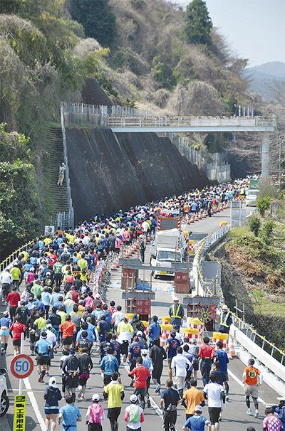 1,600人が山道挑戦