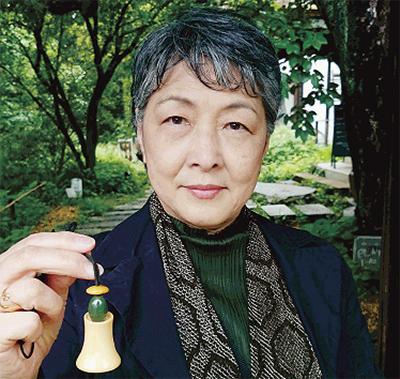 「双の掌に小さき象牙の聴診器ぬくめて昭和の女医なりき母」