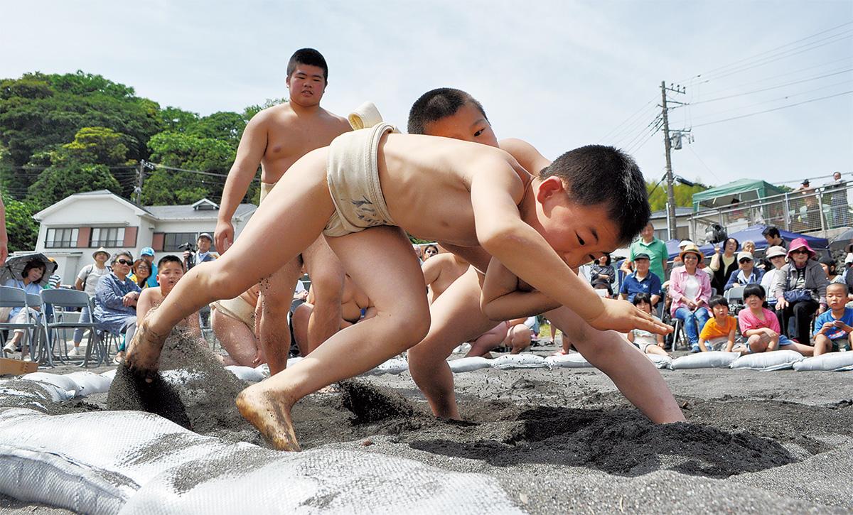 粘りの砂浜相撲