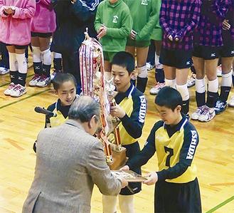 表彰を受ける6年生の部優勝の石田
