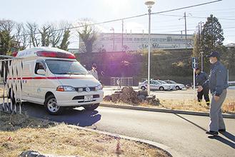 審査員が見守る中、S字コースで救急車を誘導する署員