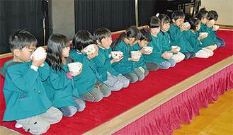 お茶を楽しむ園児たち