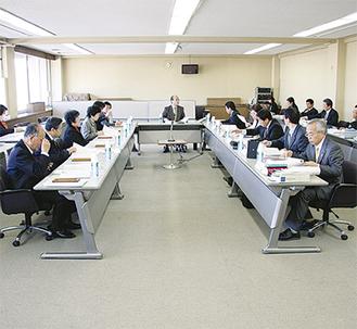 市民代表(左側)と議員で意見を交換=1月26日、議会第1会議室で写す