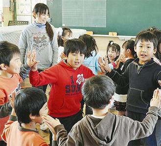 小学生がいきいきと園児に指導した