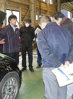 講師(左)の説明に耳を傾ける自動車整備士ら