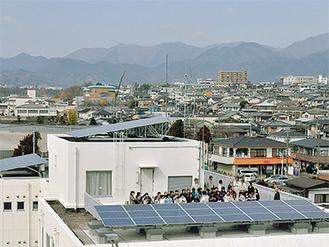 太陽光パネルが取り付けられた市役所西庁舎屋上