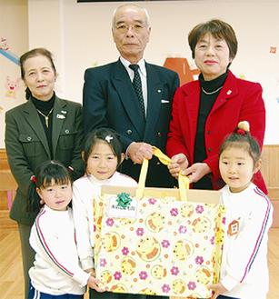 すえひろこども園を訪問した高橋会長(中央)、木村委員長(右)、古谷さんの3人