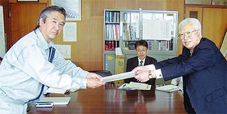 要望書を手渡す栗田会長(右)