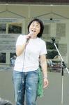 歌声で会場を盛り上げる白井貴子さん