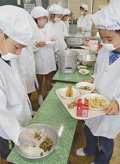 今回出されたのは茹で落花生。秦野名産品「うでぴー」とは一味違う季節の味を、児童らは「おいしい」「大地を食べてるって感じがする」など話しながら食べていた