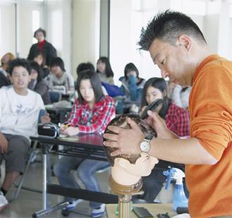 バリカンアートを見る生徒たち